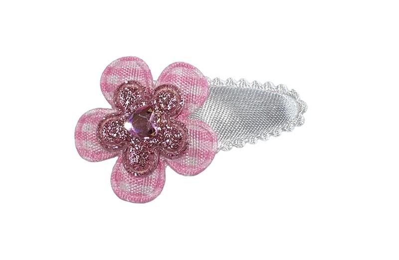 Schattig wit baby peuter haarspeldje.  Met een lichtroze en wit geruit bloemetje en een roze glitter bloemetje. Afgewerkt met een klein roze glinster hartje.