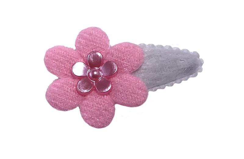 Schattig wit fluffie baby peuter haarspeldje met een effen licht roze bloemetje. Afgewerkt met een glanzend roze bloemetje.