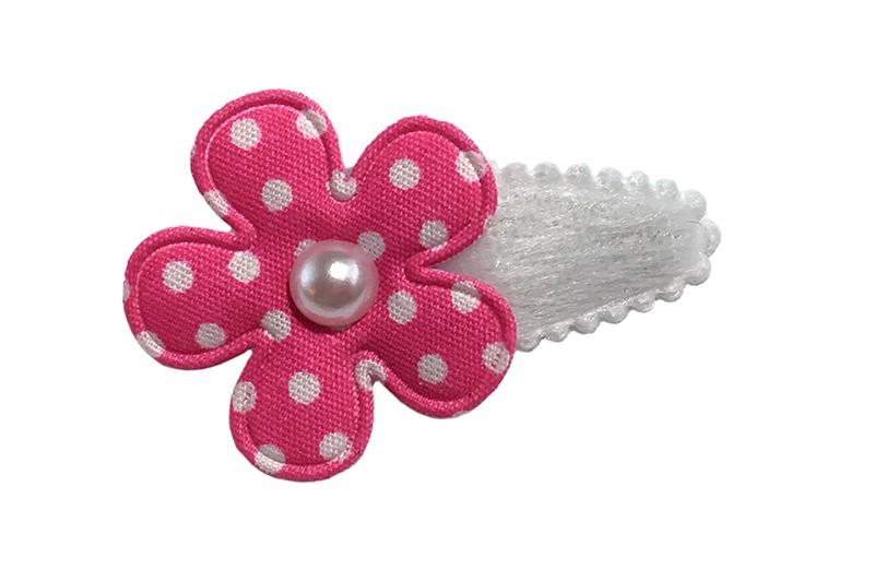 Schattig wit fluffy baby peuter haarspeldje met een fel roze bloemetje met witte stippeltjes. Afgewerkt met een wit pareltje.