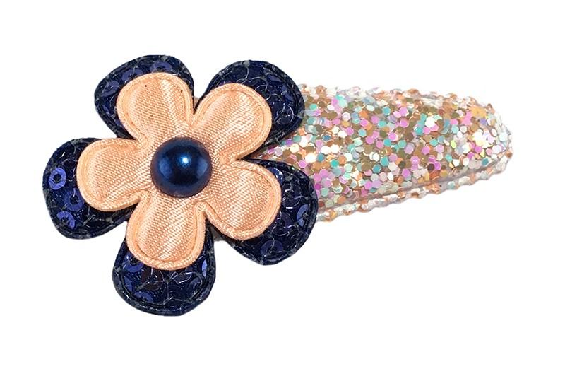 Vrolijk licht zalmroze peuter kleuter haarspeldje met kleine glittertjes.  Met een donkerblauw bloemetje met kleine pailletjes, een effen zalmroze bloemetje en een donkerblauw pareltje.
