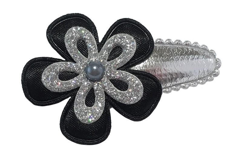 Leuk glanzend zilver peuter haarspeldje. Met een effen zwart bloemetje en een zilver glitter bloemetje. Afgewerkt met een klein grijs pareltje.