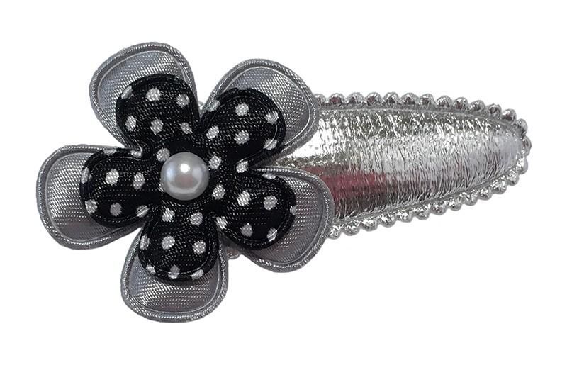 Leuk glanzend zilver peuter kleuter haarspeldje.  Met daarop een grijs bloemetje en een zwart bloemetje met witte stippeltjes.  Afgewerkt met een klein wit pareltje.