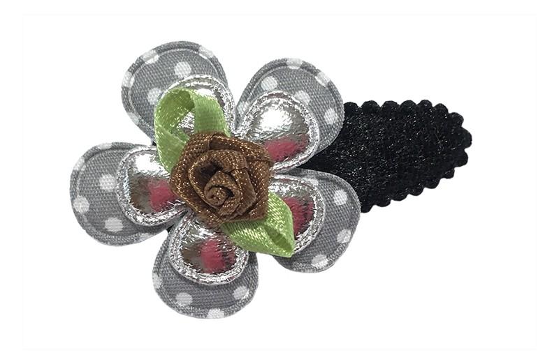 Leuk zwart fluffie peuter haarspeldje met een grijs gestippeld bloemetje en een glanzendzilver bloemetje. Afgewerkt met een bruin roosje.