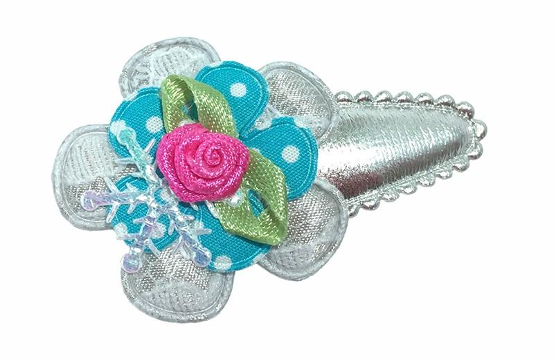 Vrolijk zilverkleurig peuter haarspeldje. Met een zilvergrijs bloemetje in kantlook en een fel blauw bloemetje met witte stippeltjes.  Afgewerkt met een glanzend ijssterretje en een fel roze roosje.