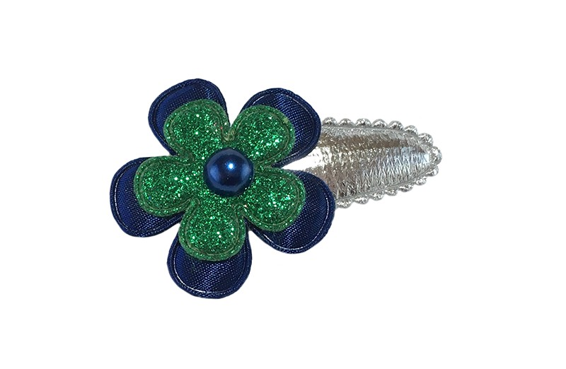 Vrolijk glanzend zilver peuter meisjes haarspeldje.  Met een effen donkerblauw bloemetje, een groen glitter bloemetje en een donkerblauw pareltje.