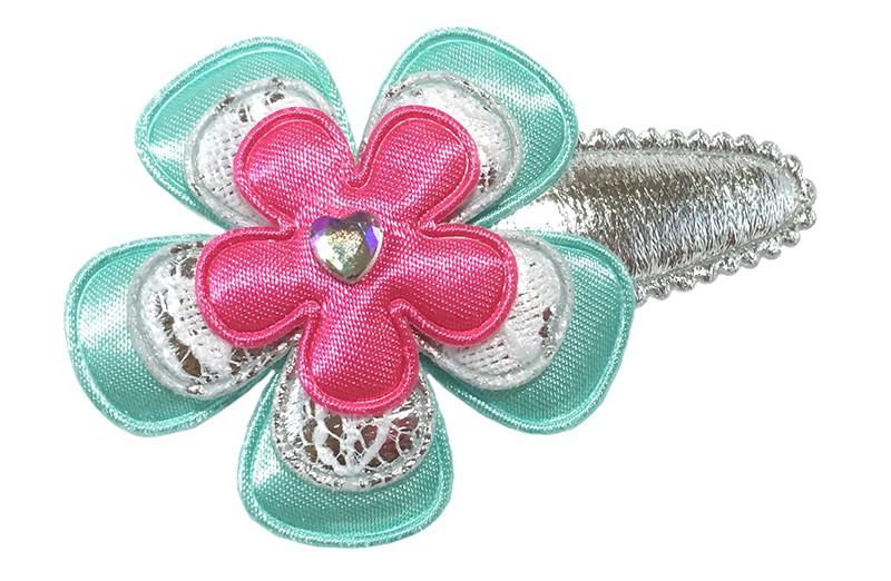 Vrolijk glanzend zilver peuter kleuter haarspeldje.  Met een effen blauwgroene bloem, een zilverkantlook bloemetje en een effen fuchsia roze bloemetje.  Afgewerkt met een glanzend hartje.