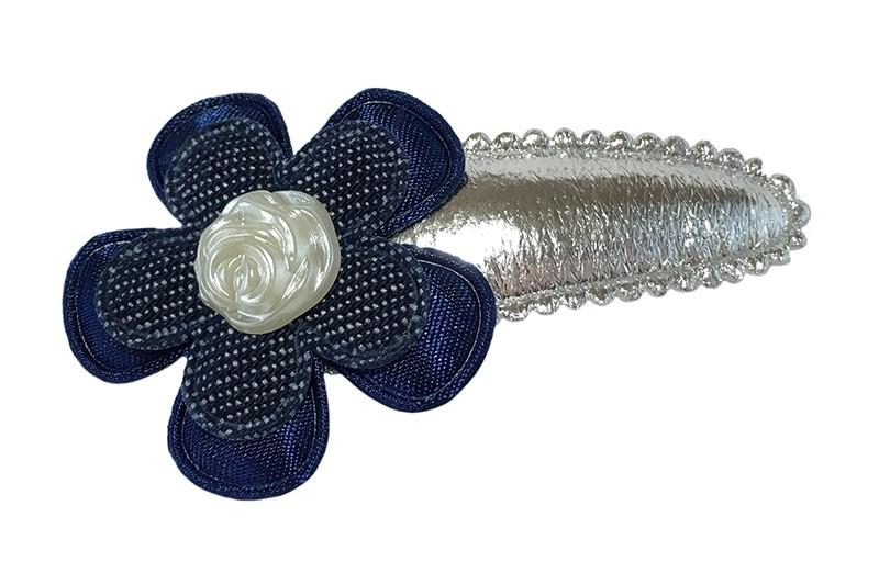 Vrolijk glanzend zilver kleurig peuter kleuter haarspeldje.  Met een donkerblauwe bloem en een spijkerstoffen bloemetje.  Afgewerkt met een leuk pareltje.