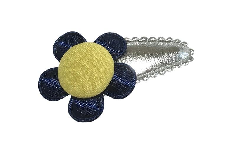 Vrolijk zilver baby peuter haarspeldje.  Met een donkerblauw bloemetje en een geel stofknoopje.