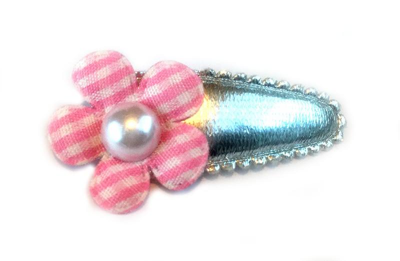 Lief zilver haarspeldje met roze en wit geruit bloemetje afgewerkt met wit pareltje.