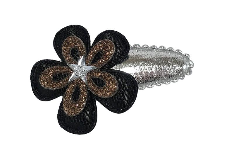 Leuk zilver glanzend peuter kleuter haarspeldje.  Met een zwart bloemetje en een bronskleurig glitter bloemetje.  Afgewerkt met een klein zilver sterretje.