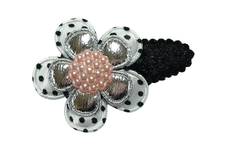 Leuk fluffie zwart peuter haarspeldje.  Meteen wit met zwart gestippeld bloemetje en een zilver glanzend bloemetje.  Afgewerkt met een roze pareltje.