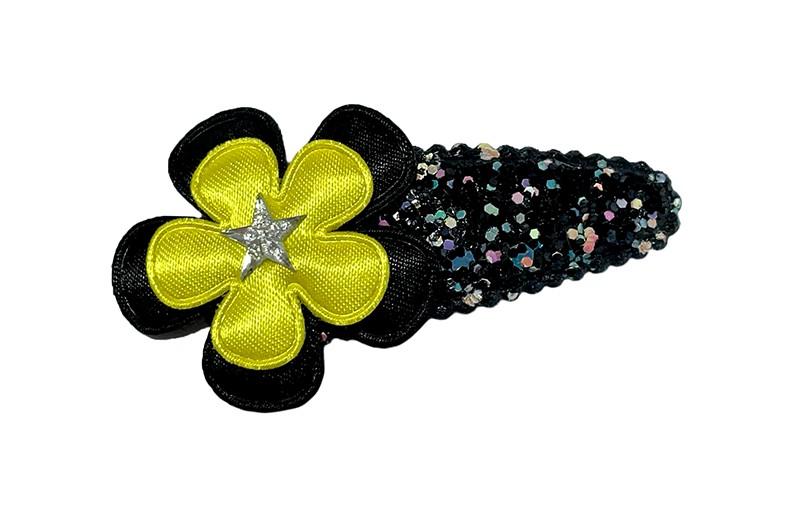 Leuk zwart peuter kleuter haarspeldje met kleine glittertjes. Met een effen zwart bloemetje, een geel bloemetje en een klein sterretje.