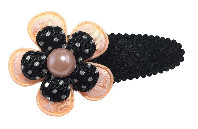Leuk fluffy zwart peuter kleuter haarspeldje met een licht oranje bloemetje in kant look en een zwart bloemetje met witte stippeltjes.  Afgewerkt met een licht oranje pareltje.