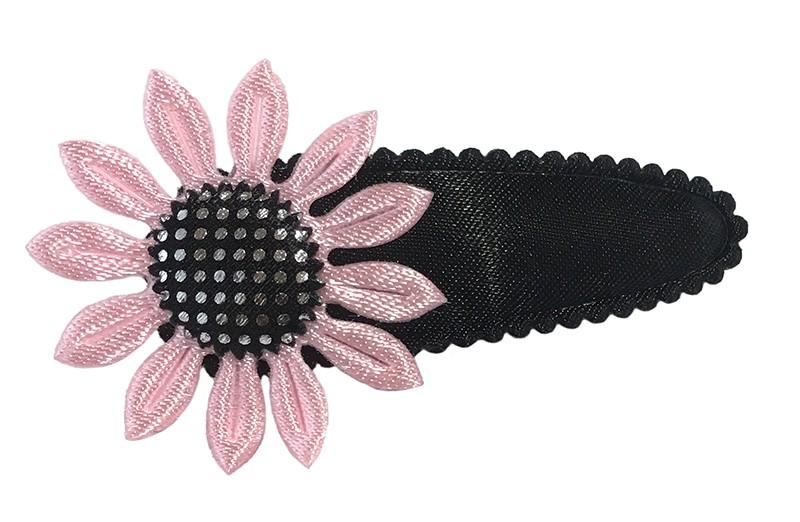 Leuk effen zwart peuter kleuter haarspeldje met een licht roze bloemetje.
