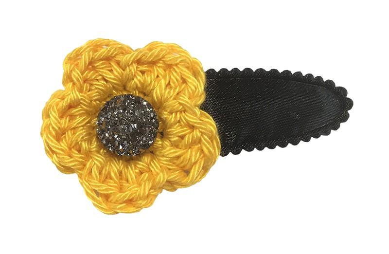 Leuk effen zwart peuter kleuter haarspeldje.  Met een okergeel gehaakt bloemetje.  Afgewerkt met een een grijs steentje.