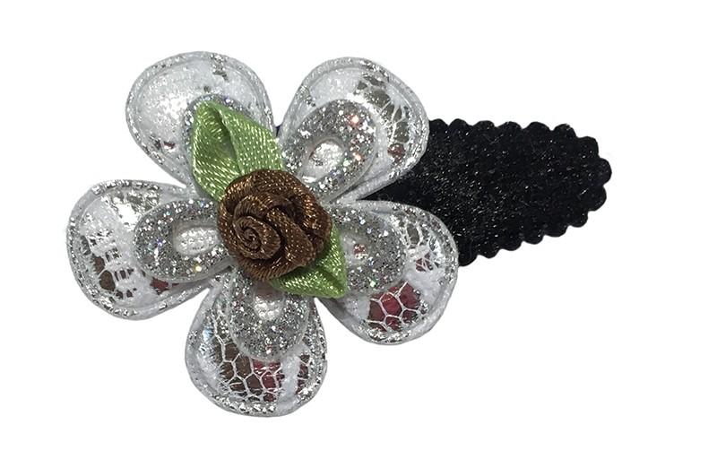 Leuk zwart fluffie peuter haarspeldje met een zilver bloemetje in kantlook en een zilver glitter bloemetje. Afgewerkt met een bruin roosje.