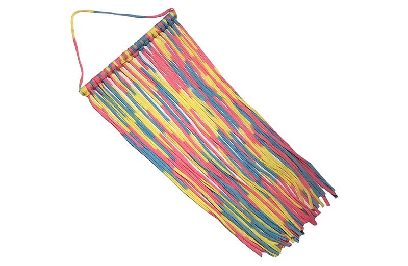 Handig en leuk de haarspeldjes, knipjes en haarstrikken opbergen!  Met deze hanger kun je overzichtelijk de haaraccesoires opruimen en ziet er ook nog eens heel leuk uit.  De stoffen linten hebben vrolijke roze, geel en blauwe kleurtjes en zijn om een houten balkje geknoopt. De lintjes zijn ongeveer 54 centimeter lang.