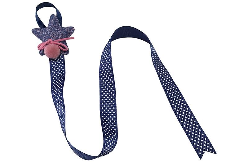 Berg de haarspeldjes en strikken handig op aan dit vrolijke bewaarlint. Het bewaarlint is van blauw lint met witte stippeltjes. Met bovenaan een vrolijke blauw met roze stoffen ster. Afgewerkt met een roze suedelook strikje en een roze pompommetje.  De lengte van het lint is ongeveer 56 centimeter en het lint is ongeveer 2 centimeter breed. De stoffen ster is 6 centimeter breed. Tip: ook leuk om kado te geven!