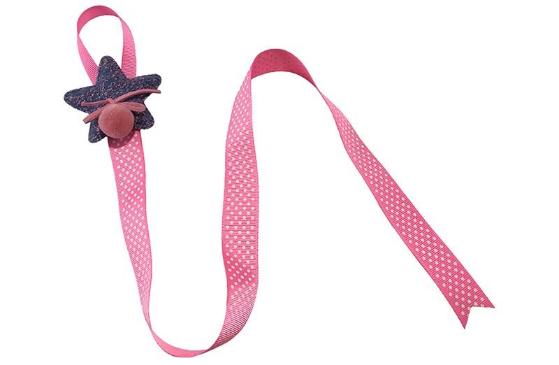 Berg de haarspeldjes en strikken handig op aan dit vrolijke bewaarlint. Het bewaarlint is van fel roze lint met witte stippeltjes. Met bovenaan een vrolijke blauw met roze stoffen ster. Afgewerkt met een roze suedelook strikje en een roze pompommetje.  De lengte van het lint is ongeveer 56 centimeter en het lint is ongeveer 2 centimeter breed De stoffen ster is 6 centimeter breed.  Tip: ook leuk om kado te geven!
