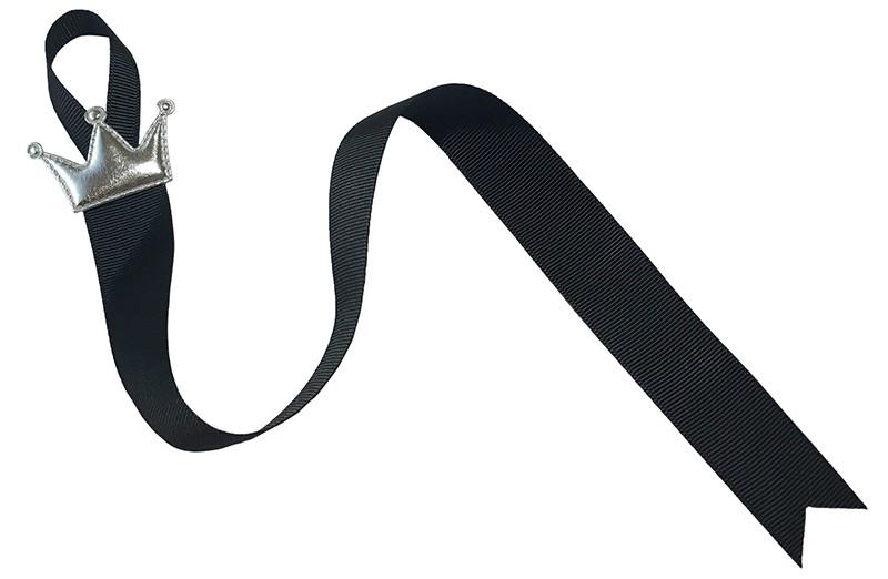 Handig zwart haarspeldjes bewaarlint met een zilver kroontje in glanzend leerlook.  Het lint is ongeveer 45 centimeter lang.  Tip: ook leuk om kado te geven.