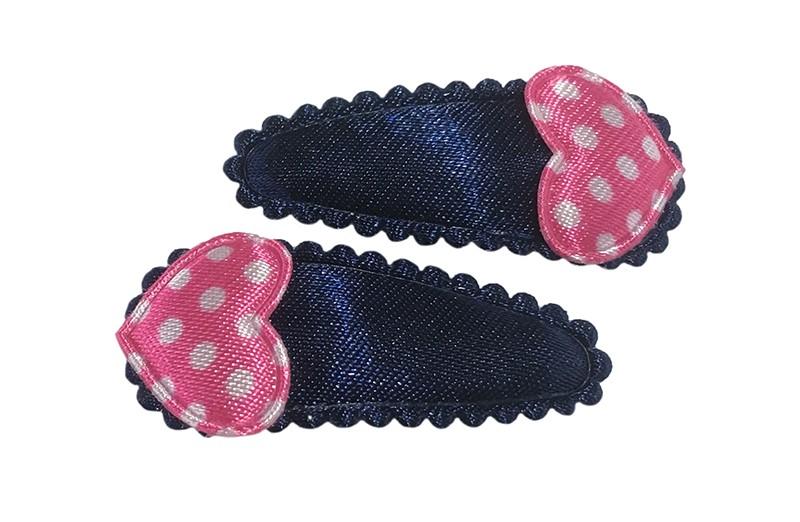 Vrolijk setje van 2 donkerblauwe baby peuter haarspeldjes. Met op elk een klein fel roze hartje met witte stippeltjes.