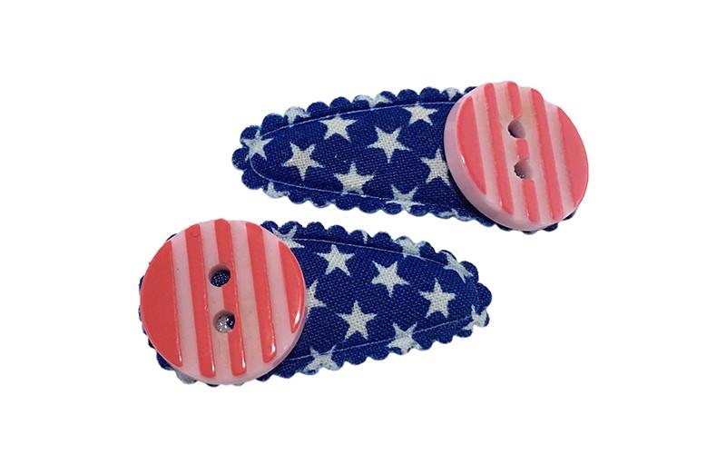 Vrolijk setje van 2 blauwe babu peuter haarspeldjes met witte sterretjes.  Met op elk een roze gestreept knoopje.