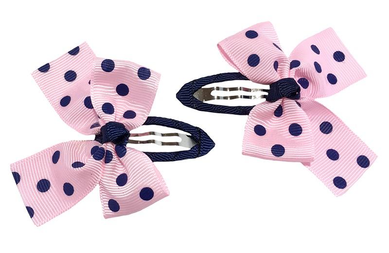 Leuk setje van 2 blauw roze peuter kleuter haarspeldjes.  Het haarspeldje is bekleed met donkerblauw lint.  Met daarop een licht roze strikje met donker blauwe stippels.