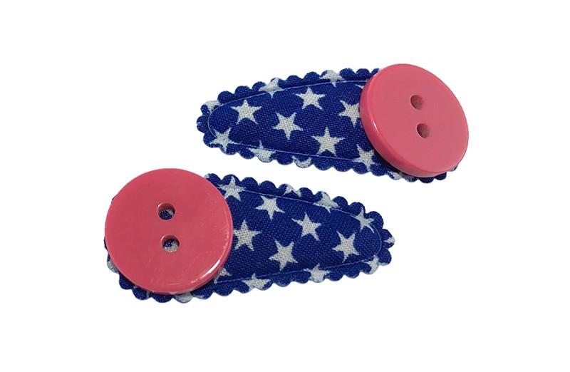 Vrolijk setje van 2 blauwe baby peuter haarspeldjes met witte sterretjes.  Met op elk een donker roze knoopje.