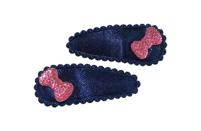 Vrolijk setje van 2 effen donkerblauwe baby peuter haarspeldjes.  Met op elk een roze glinsterend strikje.