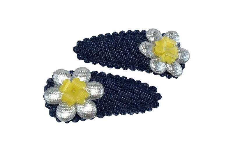 Vrolijk setje van 2 denim blauwe baby peuter haarspeldjes.  Met op elk een klein zilver bloemetje en een geel bloemetje.