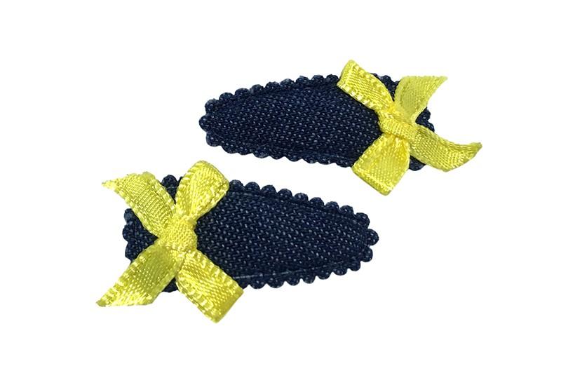 Vrolijk setje van 2 denim blauwe baby peuter haarspeldjes. Met op elk een klein felgeel strikje.
