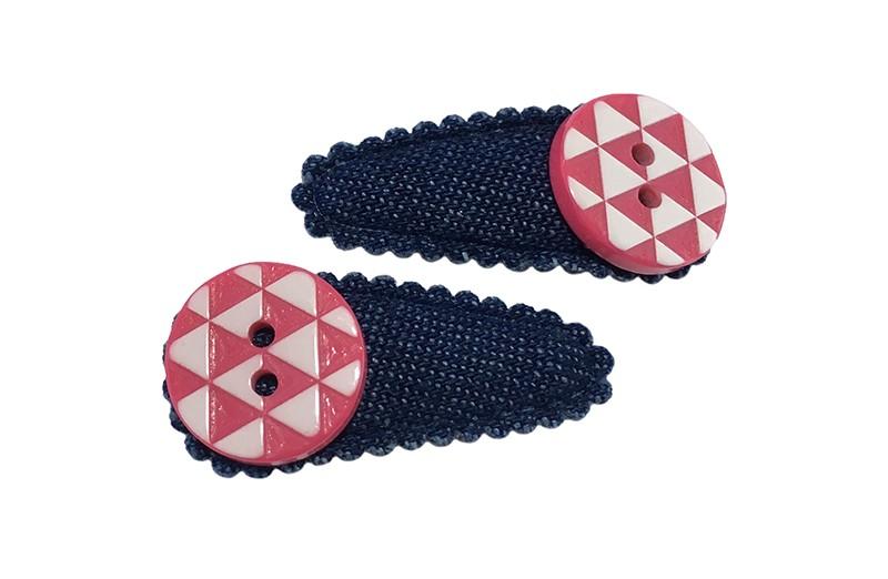 Vrolijk setje van 2 denim blauwe baby peueter haarspeldjes.  Met op elk een roze wit geruit knoopje.