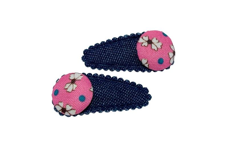Vrolijk setje van 2 denim blauwe baby peuter haarspeldjes.  Met op elk een roze stofknoopje met leuk bloemenprintje.