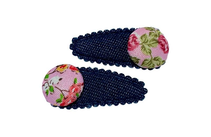 Vrolijk setje van 2 denim blauwe baby peuter haarspeldjes.  Met op elk een roze stofknoopje met bloemen printje.