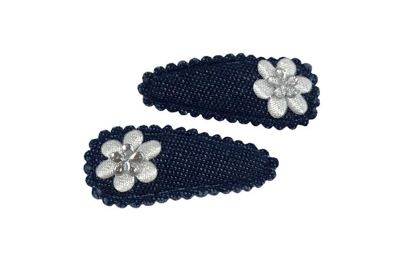 Vrolijk setje van 2 denim blauwe baby peuter haarspeldjes.  Met op elk een klein wit bloemetje en een mini glinster bloemetje.