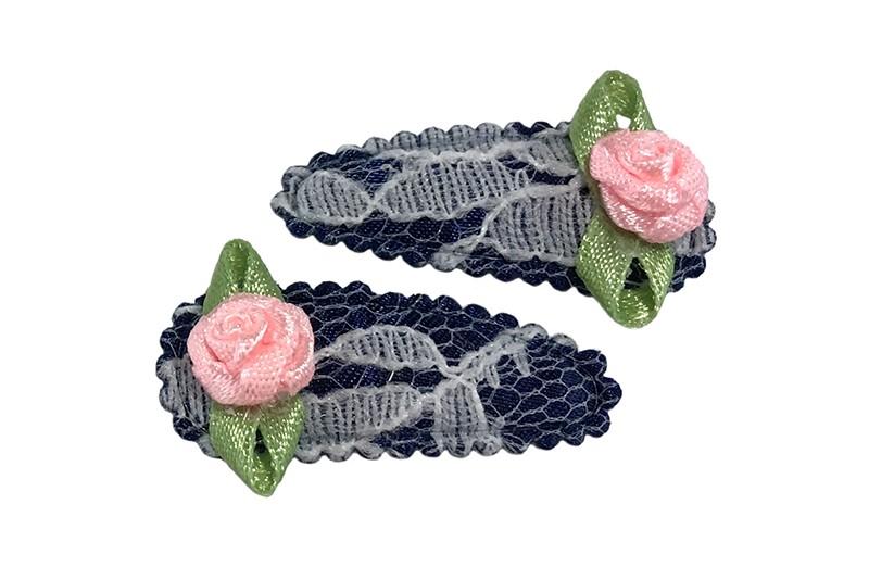 Schattig setje van 2 donkerblauwe kantlook baby peuter haarspeldjes.  Met op elk een licht roze roosje.