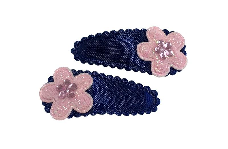 Vrolijk setje van 2 donkerblauwe baby peuter haarspeldjes.  Met op elk een licht roze glitter bloemetje en een lichtroze glinster bloemetje.