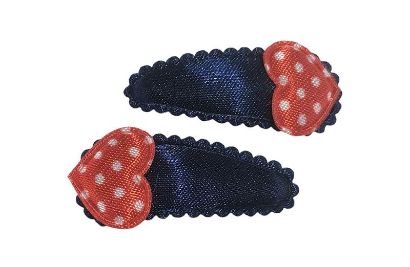 Vrolijk setje van 2 donkerblauwe baby peuter haarspeldjes.  Met op elk een rood hartje met witte stippeltjes.