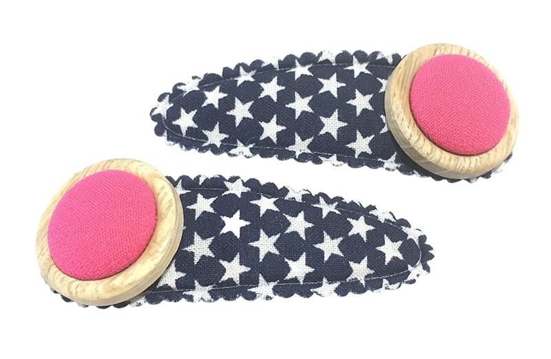 Vrolijk setje van 2 donkerblauwe peuter kleuter haarspeldjes met witte sterretjes.  Met op elk een 2 laags knoopje met roze stof.