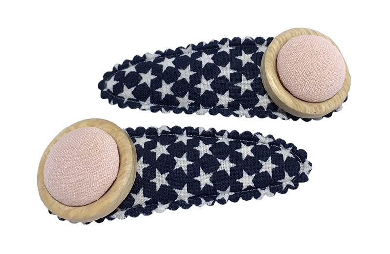 Vrolijk setje van 2 donkerblauwe peuter kleuter haarspeldjes met witte sterretjes.  Met op elk een houten knoopje en een lichtroze stofknoopje.