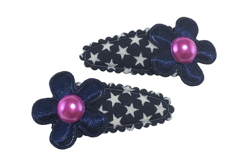 Vrolijk setje van 2 donkerblauwe baby peuter haarspeldjes met sterretjes.  Met op elk een donkerblauw bloemetje en een roze pareltje.
