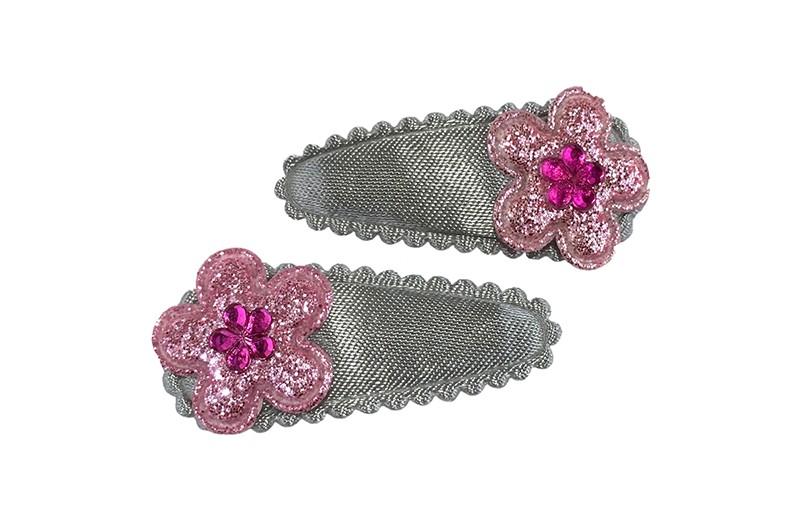Leuk setje van 2 lichtgrijze baby peuter haarspeldjes.  Met op elk een lichtroze glitter bloemetje en een klein roze glinster bloemetje.