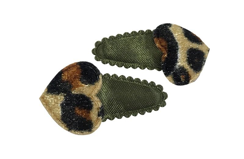 Leuk setje van 2 effen legergroene baby peuter haarspeldjes.  Met op elk een fluffie hartje in panterprint.