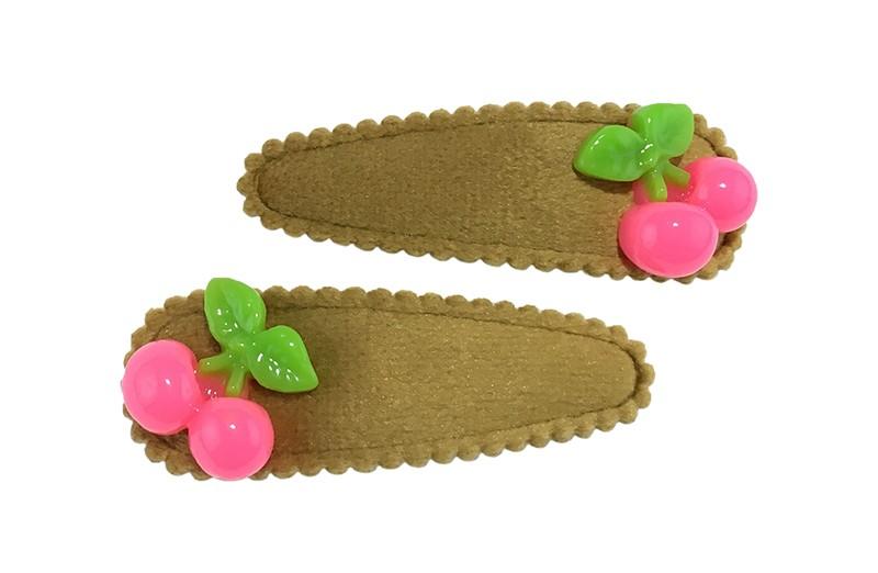 Vrolijk setje van 2 kaki kleurige peuter kleuter haarspeldjes.  Met op elk fel roze kersjes.