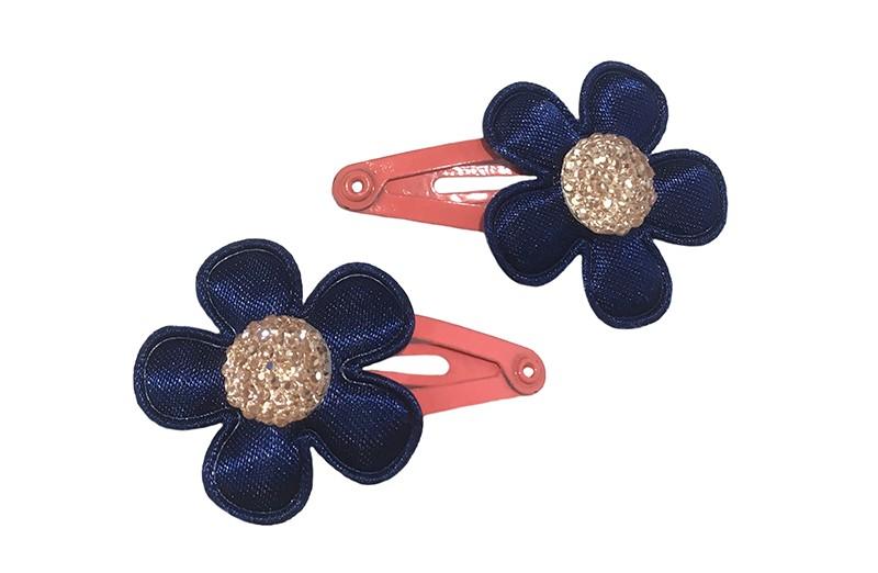 Vrolijk setje van 2 koraalroze baby peuter haarspeldjes.  Met op elk een donkerblauw bloemetje en een licht pareltje.