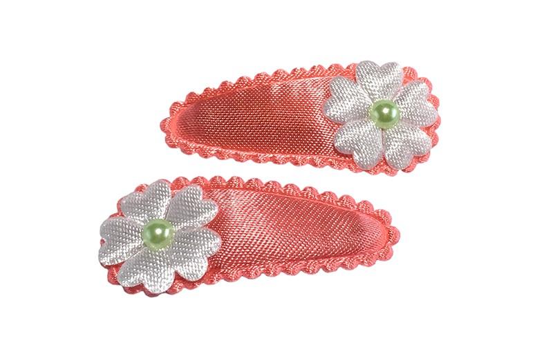 Vrolijk setje van 2 koraal roze baby peuter haarspeldjes.  Met op elk een klein wit bloemetje en licht groen pareltje.
