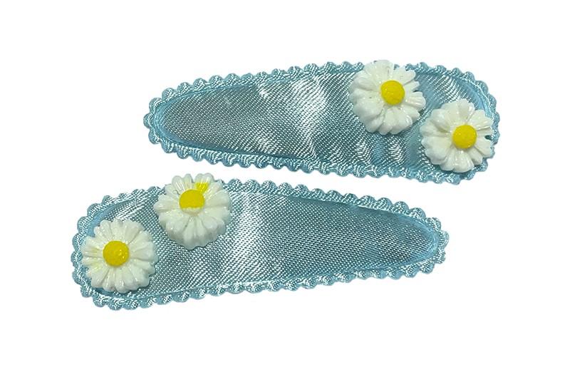 Schattig setje van 2 lichtblauwe peuter kleuter haarspeldjes.  Met op elk 2 kleine witte bloemetjes.