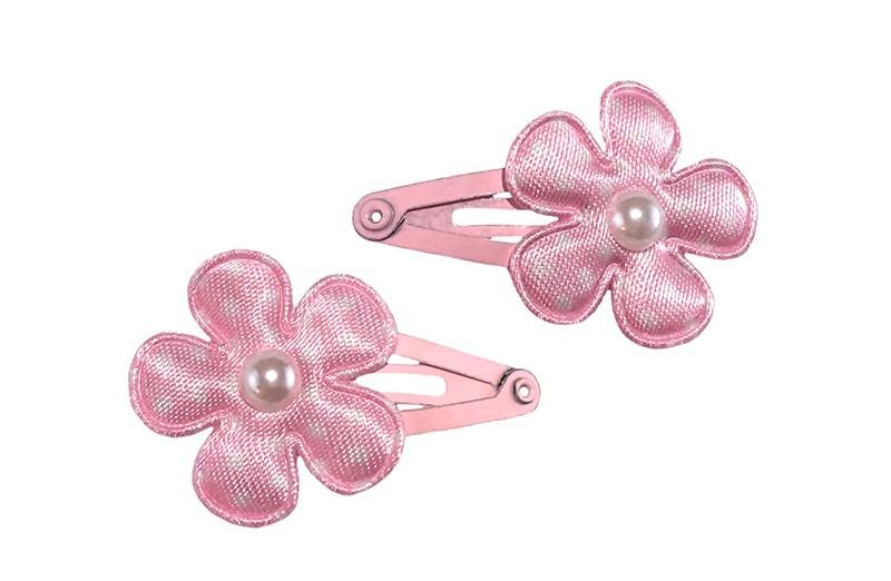 Schattig setje van 2 lichtroze baby peuter haarspeldjes.  Met op elk een lichtroze bloemetje met witte stippeltjes en een klein wit pareltje.