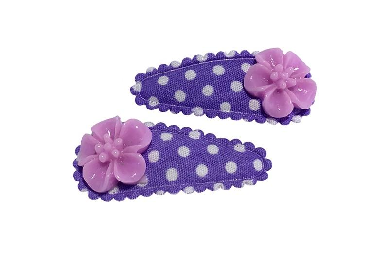 Vrolijk setje van 2 paarse baby peuter haarspeldjes met witte stippeltjes.  Met op elk een lila paars bloemetje.