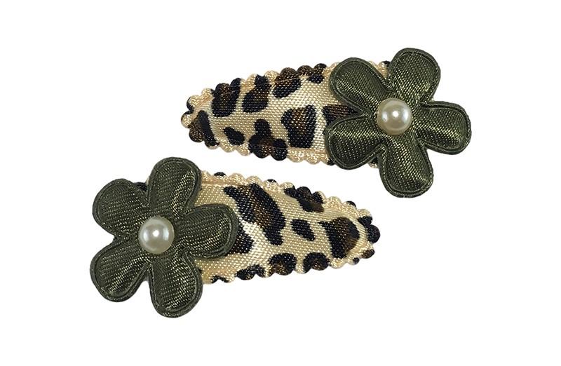 Leuk setje van 2 baby peuter haarspeldjes in luipaardprint.  Met op elk een legergroen bloemetje en een klein pareltje.